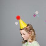 Wannawonders | Engel. | Postkaart feesthoedje | geel stippen