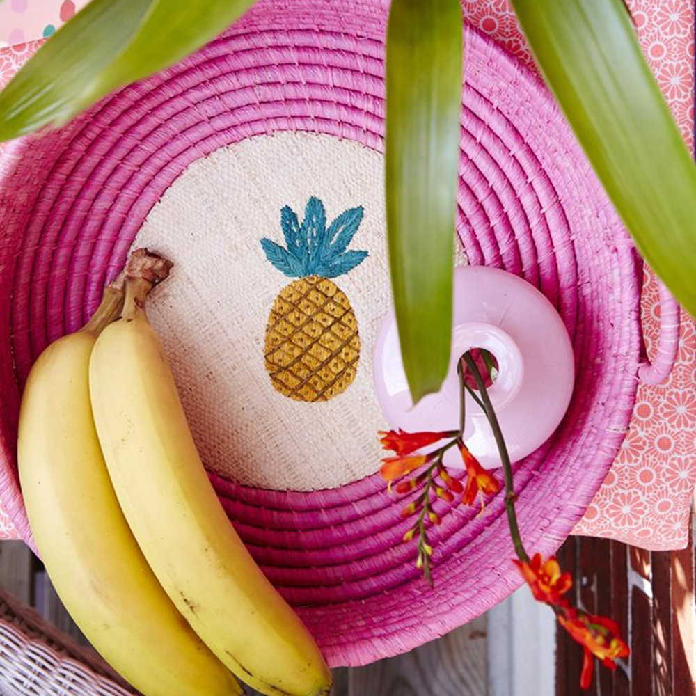 Rice   raffia fruitmand   fuchsia met ananas